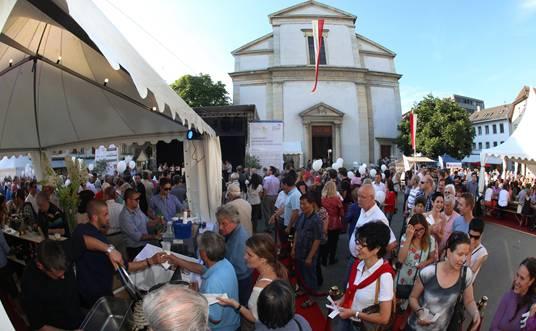 Hundertschaften von neugierigen Vernissagegästen tummelten sich am Eröffnungstag auf der umgebauten und nun verkehrsfreien Kirchgasse.