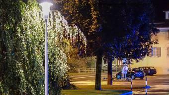 Menziken hat vor dem Gemeindehaus erste LED-Lampen im Betrieb. psi