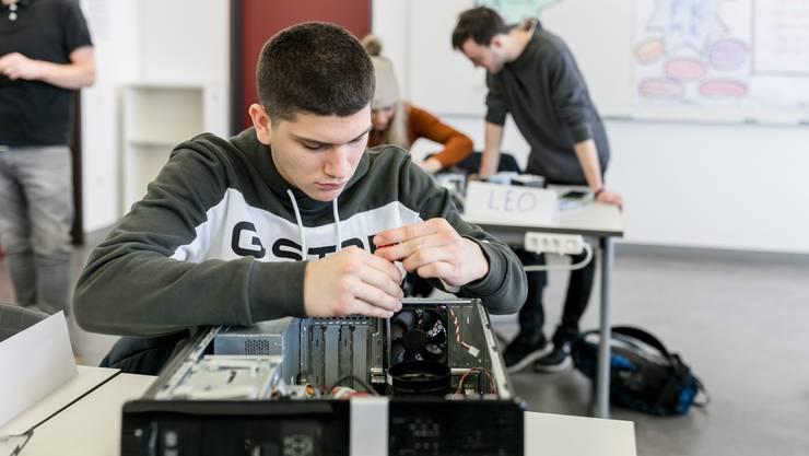 Rund 360 Lernende des Berufsbildungszentrum Limmattal in Dietikon sollen dieses Jahr den Lehrabschluss machen.