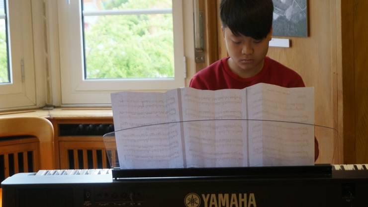 Der 12-jährige Duy Cung Hoang am E-Piano mit dem aktuellen Popsong «Let me down slowly» von Alec Benjamin.