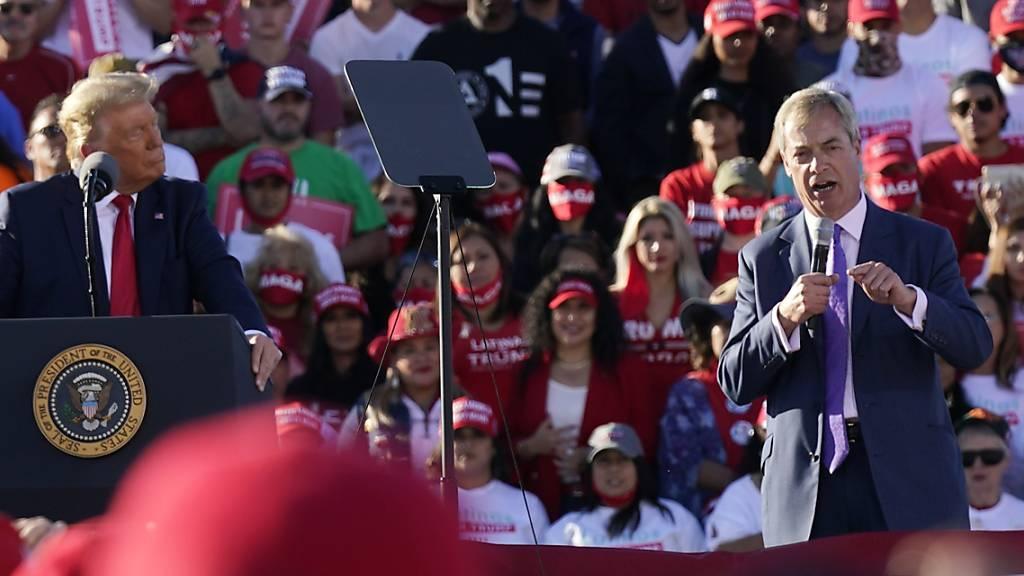 Donald Trump, Präsident der USA, steht während einer Wahlkampfveranstaltung neben Nigel Farage, Chef der britischen Brexit-Partei, auf der Bühne. Foto: Ross D. Franklin/AP/dpa
