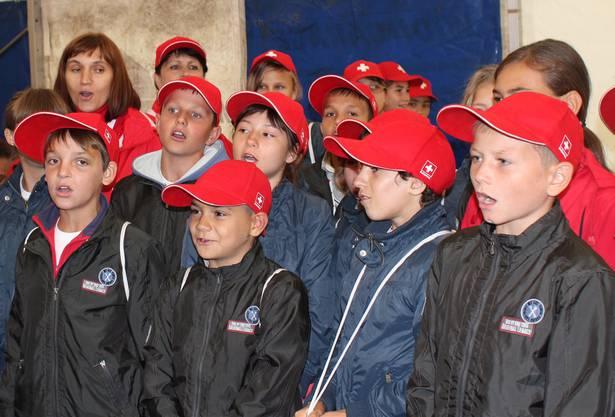 Die Kinder singen, tanzen und lachen gemeinsam – die Stimmung ist gut ...
