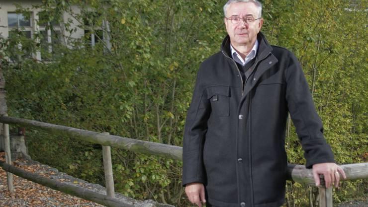 Brachland: Der Reinacher Gemeindeammann Martin Heiz auf dem Gelände, wo eine Seniorenresidenz entsteht. (Peter Siegrist)