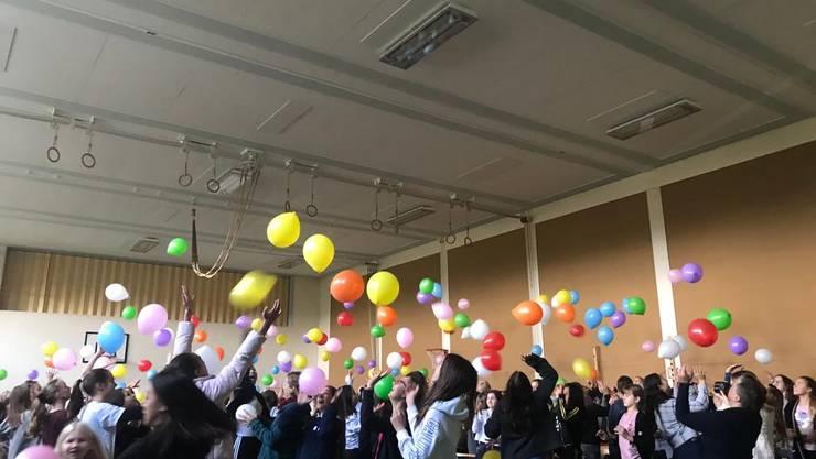 ein buntes Meer von Ballonen