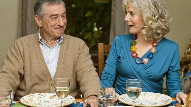 """Robert De Niro und Blythe Danner dinieren in einer Szene im beliebten Film """"Little Fockers"""""""