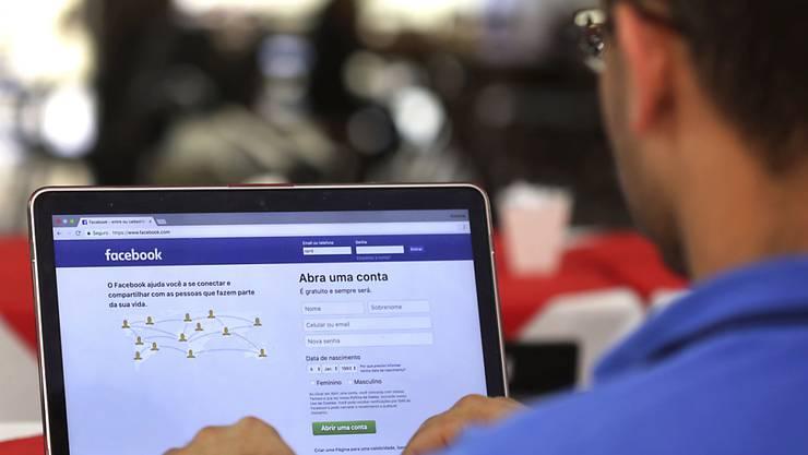 Facebook erkennt Gesichter auf Fotos und schlägt entsprechende Verknüpfungen von Fotos und Markierungen von Personen vor. (Symbolbild)