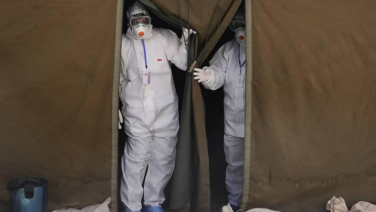 Viele neue Corona-Infektionen: Medizinisches Personal bei der Arbeit in einem Zelt in der kosovarischen Hauptstadt Pristina. (Archivbild)
