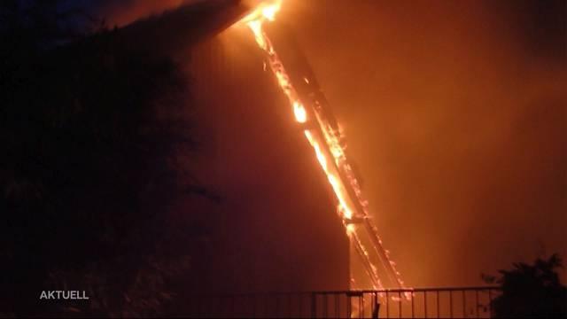 Zweifamilienhaus brennt in Remetschwil