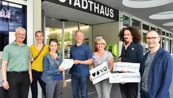 Das Initiativkomitee für eine Kulturfachstelle in Olten (hier bei der Übergabe der Volksinitiative im Mai 2017). Regina Graber (3. von links) übergibt Stadtschreiber Markus Dietler die Unterschriften.
