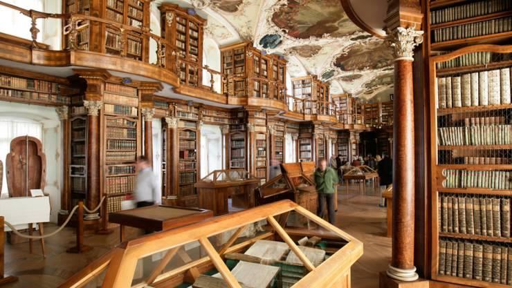 """Blick in die Ausstellung """"Im Paradies des Alphabets"""" in der Stiftsbibliothek St. Gallen. Sie dauert vom 26. November 2016 bis 12. März 2017"""