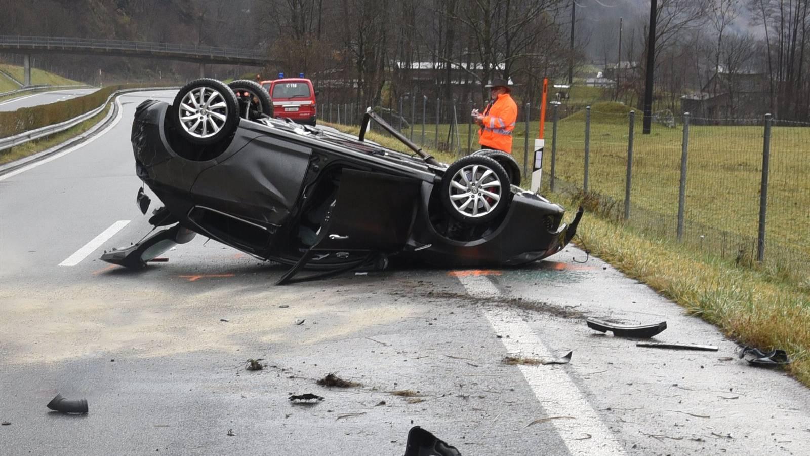 Auf der A13 bei Cama hat sich am Montagmorgen ein Auto überschlagen.