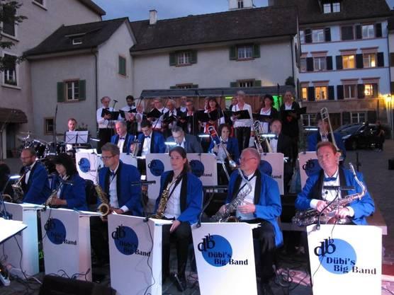 Dübis Bigband auf dem Zähringerplatz erstmals mit gesanglicher Unterstützung.