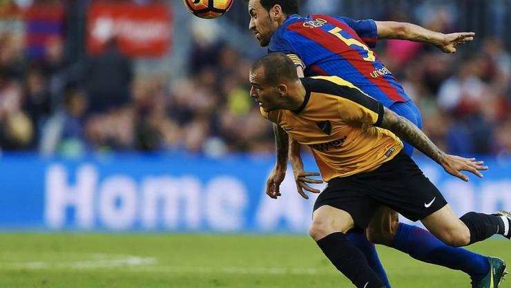 Barcelonas Sergio Busquets im Duell gegen Sandro Ramirez
