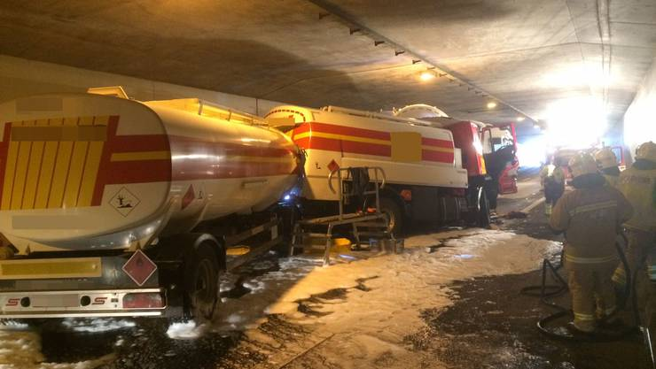 Nach dem Unfall floss aus einem Tankanhänger Öl aus.