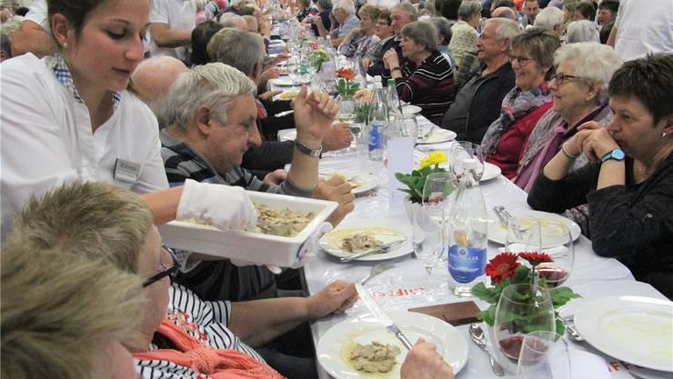 Beim gemütlichen Teil der Generalversammlung steht das Essen im Zentrum.