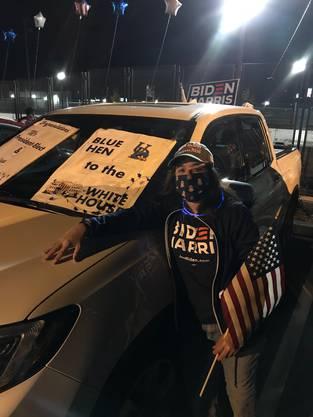 Kelly Calahan vor ihrem verzierten Auto an der Biden-Wahlfeier in Wilmington.