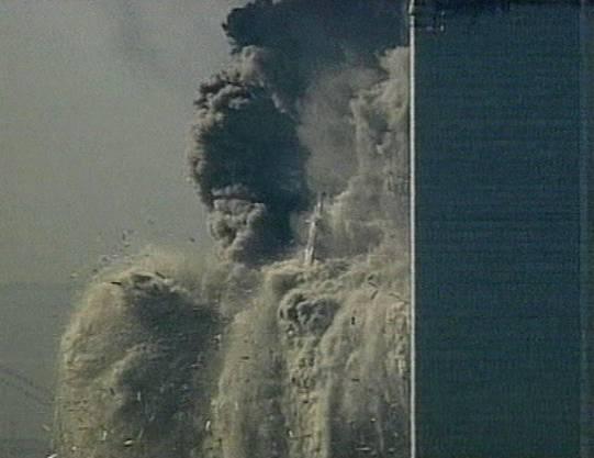 Der erste Turm stürzt ein