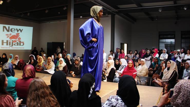 Modebewusste Muslimas bewundern die neuen Kollektionen von vier beliebten Designerinnen aus dem In- und Ausland.
