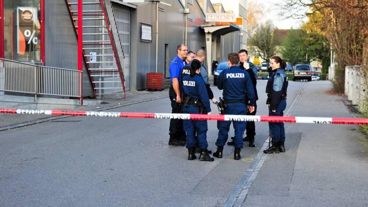 Die Polizei fand bei ihrem Eintreffen einen verletzten Mann, der kurz darauf verstarb. (Bilder: Herbert Lehmann)