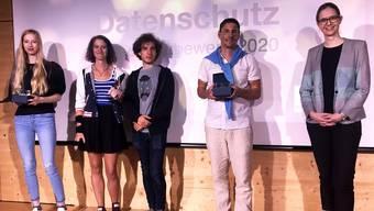 Die Datenschutzbeauftragte und die Gewinnerinnen und Gewinner freuen sich. Bild: zvg.