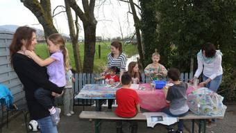Heimleiterin Misteli mit Tochter (links) und einige der Heimkinder beim Basteln mit Sozialpädagoginnen Anna Liechti (gestreift) und Sonja Staub (rechts).