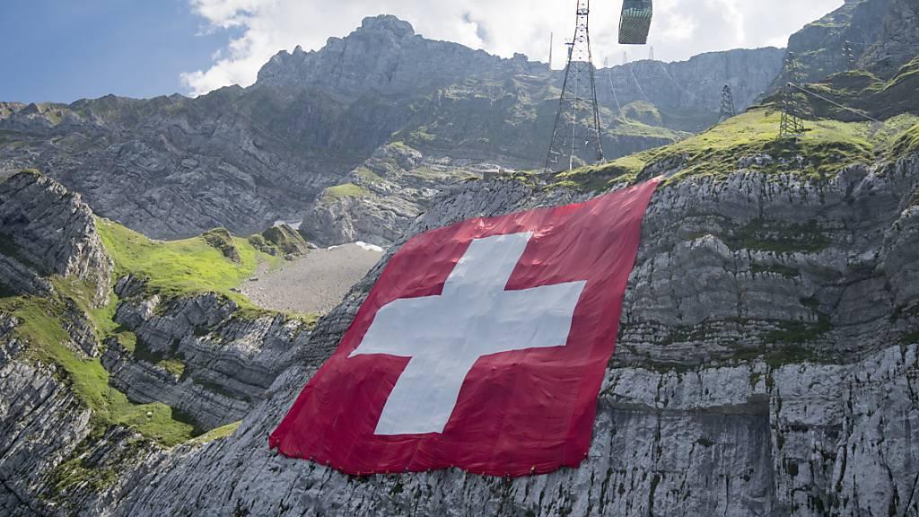 Am Säntis wird am 1. August wieder eine riesige Schweizer Fahne entrollt. Viele Ostschweizer Städte und Gemeinden sagen hingegen ihre Bundesfeiern ab (Archivbild).
