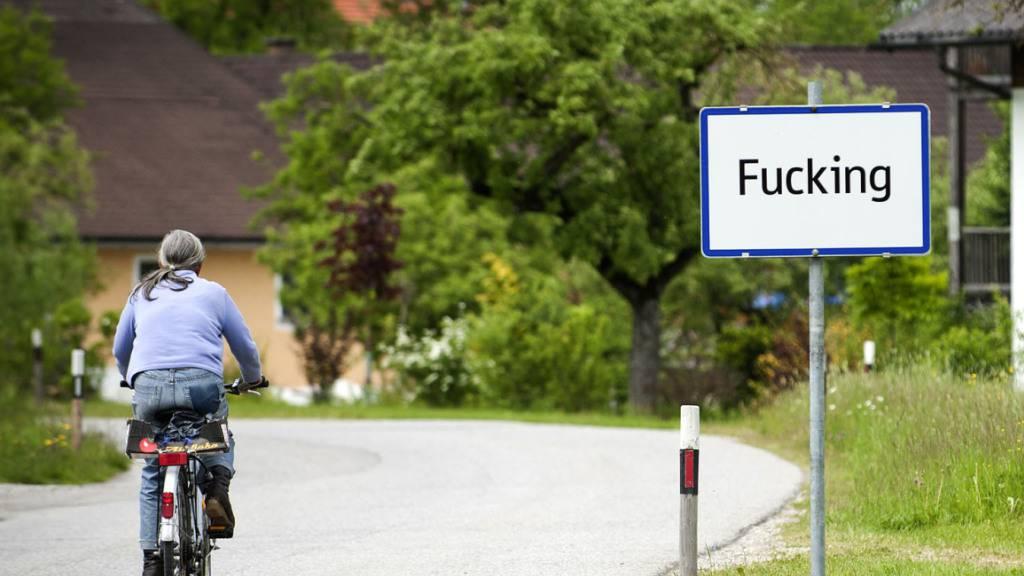 ARCHIV - Das Ortsschild des damals «Fucking» bezeichneten Ortsteils der oberösterreichischen Gemeinde Tarsdorf (Bezirk Braunau), der  zu Jahresbeginn in Fugging umbenannt wurde. Die Gemeinde habe eines der letzten Ortsschilder dem Haus der Geschichte Österreich in Wien geschenkt. Foto: MANFRED FESL/epa/dpa