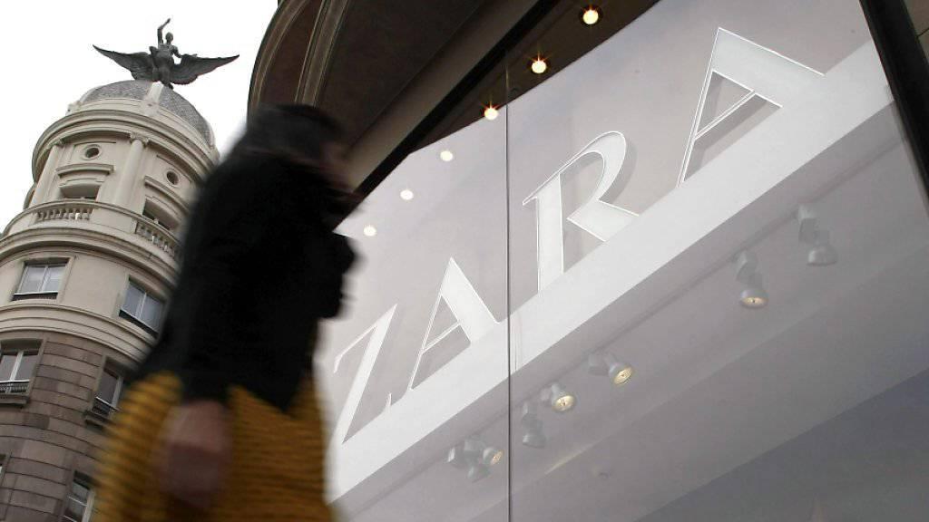 Kleider der Marke Zara verkaufen sich weltweit sehr gut. Der spanische Modekonzern Inditex hat den Umsatz im laufenden Jahr deutlich gesteigert.(Symbolbild)