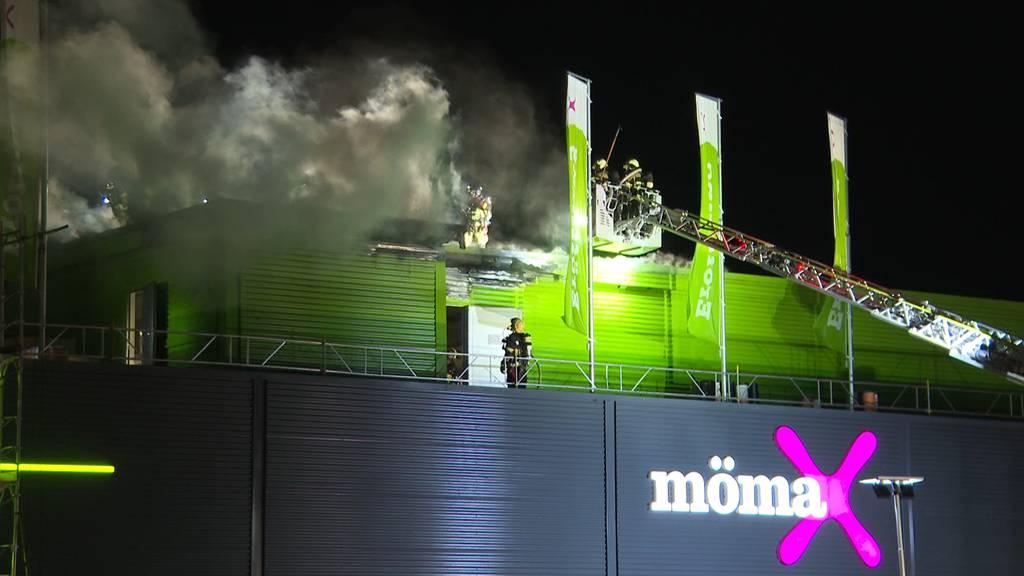 Feuer im Dach: Brand im Möbelhaus «Mömax»