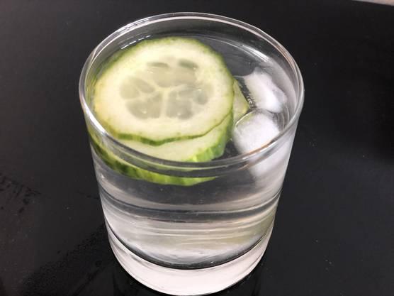 Schon probiert? Gurkenwasser mit Eis löscht den Durst und schmeckt erfrischend.