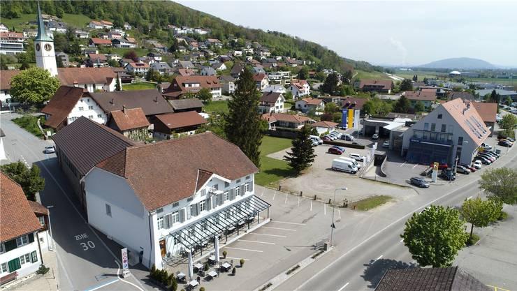Ein Deitinger Immobilienunternehmen übernimmt den Gasthof (im Vordergrund). Das Grundstück hinter dem Gasthof gehört neu der Garage Dubach (am rechten Bildrand).