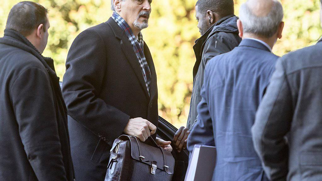 Baschar al-Dschaafari (2. von links), der Vertreter der syrischen Regierung, trifft am UNO-Sitz in Genf ein.