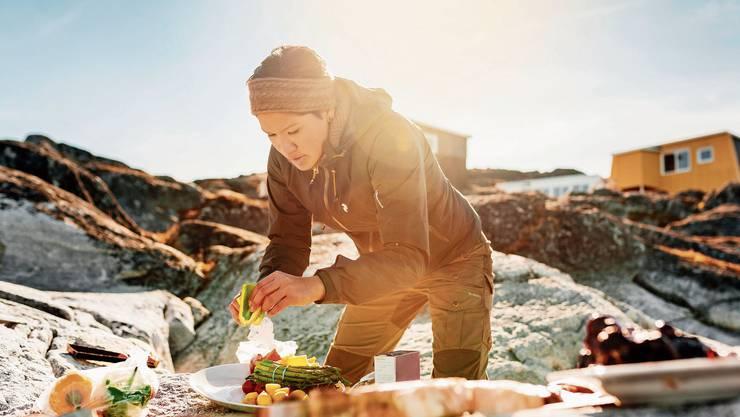 Grönlands Spezialitäten werden vom Inuk Hostel auf den Felsen am Strand zubereitet.