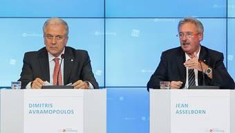 Migrations-Kommissar Dimitris Avramopoulos (l) und EU-Ratsvorsitzender Jean Asselborn informierten am späteren Abend über den Ausgang des Minstertreffens in Luxemburg.