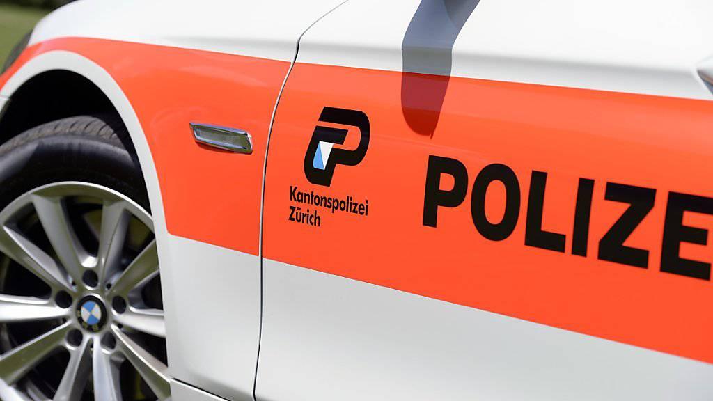 Im Kanton Zürich hat ein Autofahrer nach einem Streit zunächst einen Velofahrer angefahren und danach in die Richtung zweier Passanten geschossen. (Themenbild)