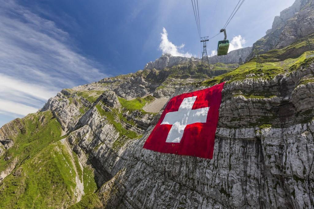 Beim zweiten Versuch hats geklappt – die Schweizer-Fahne hängt.
