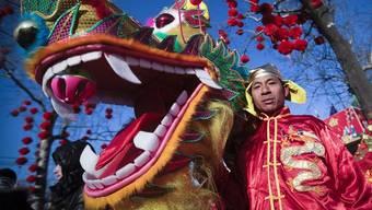 Ein Drachentänzer in einem Park in Peking
