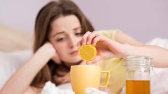 Wer Grippe hat, hütet normalerweise rund eine Woche das Bett. (Symbolbild)