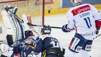 ZSC-Spieleer Sjögren gegen die Zuger Abwehr mit Hüter Tobias Stephan und Raphael Diaz