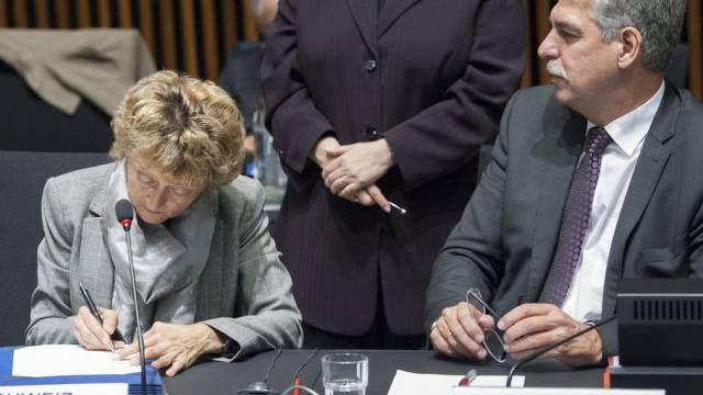Eveline Widmer-Schlumpf bei der Unterzeichung der Absichtserklärung