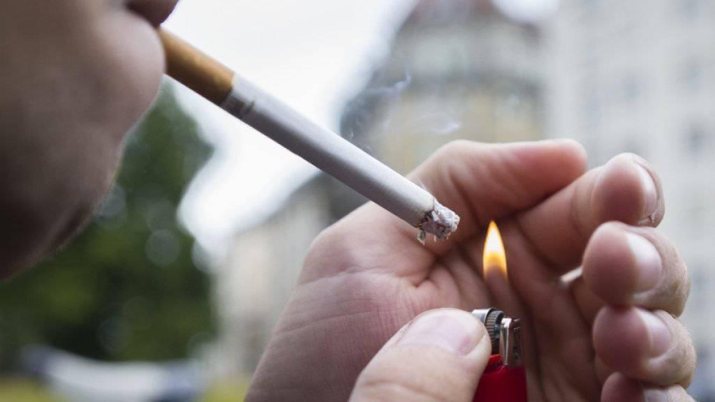 Auch in der Schweiz geht der Tabakkonsum von Jugendlichen unter 15 Jahren langsam zurück. Beim Kiffen liegen sie im internationalen Vergleich jedoch unverändert weit vorn. (Archiv)
