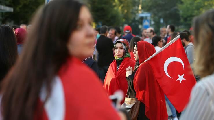 Türkische Frauen demonstrieren nach dem Putschversuch vor dem Konsulat in Zürich.