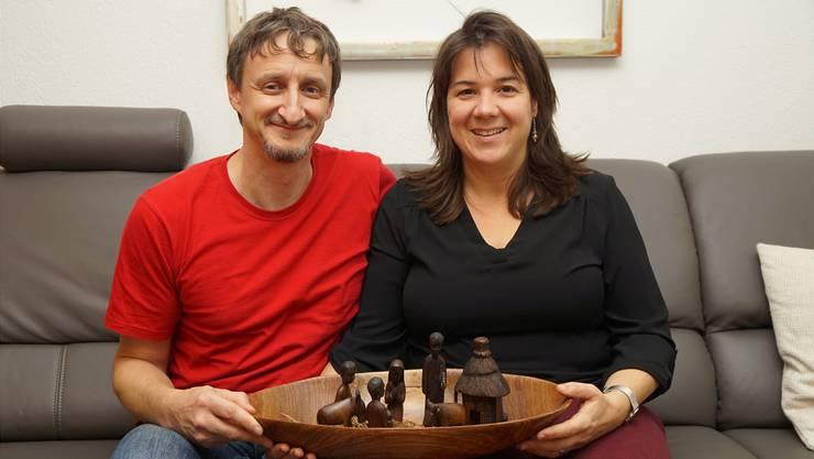 Peter Michel und seine Ehefrau Corinna haben aus dem Senegal eine geschnitzte Krippe mitgebracht.