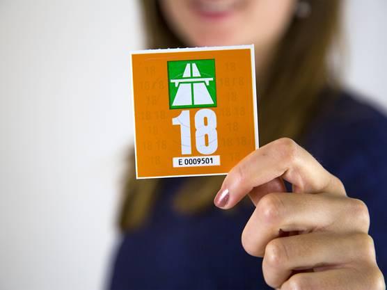 Die Vignette 2018 ist orange metallic und kostet weiterhin 40 Franken.