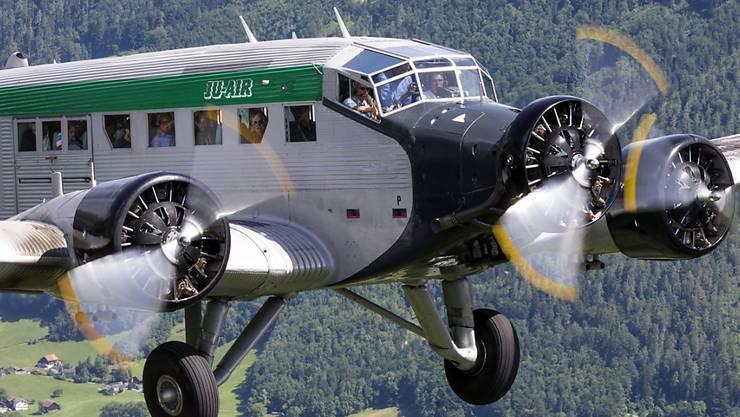 Ein Ju-52-Flugzeug der Ju-Air in der Luft. Eine solche Maschine ist am Samstagnachmittag beim Piz Segnas oberhalb von Flims GR abgestürzt.