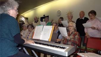 «Süsser die Glocken nie klingen»: Bifang-Chor mit Ruth Dettwyler (links) an der Weihnachtsfeier im Wohler Wohn- und Pflegezentrum. Walter Christen