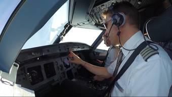 Philipp Ehrensperger aus Oberwil-Lieli lebt den Traumberuf Pilot. An diesem Tag geht der erste Flug nach Barcelona – so sieht der Arbeitsbeginn in aller Frühe und der Alltag im Cockpit aus.