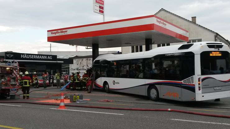 Dieses Bild an der Tankstelle vor der Einfahrt der Autobahn T5 sieht gefährlich aus - es handelt sich aber nur um eine Übung.