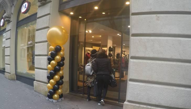 C&A schmückt den Laden anlässlich des Black Friday.
