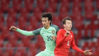 Vergeblich gekämpft: Der Schweizer Sandro Lauper (re.) im Zweikampf mit Portugals Torschützen João Felix